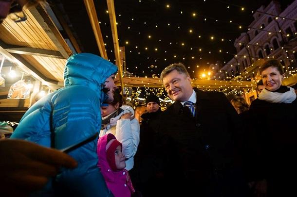 Порошенко посетил новогоднюю ярмарку со своей семьей