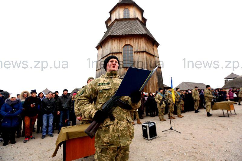 Как 77 военных в Запорожье присягу принимали