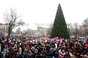 На главной елке Запорожья зажгли новогодние огни