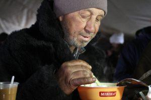 Запорожские бездомные уже получили 7 тыс. порций горячих обедов
