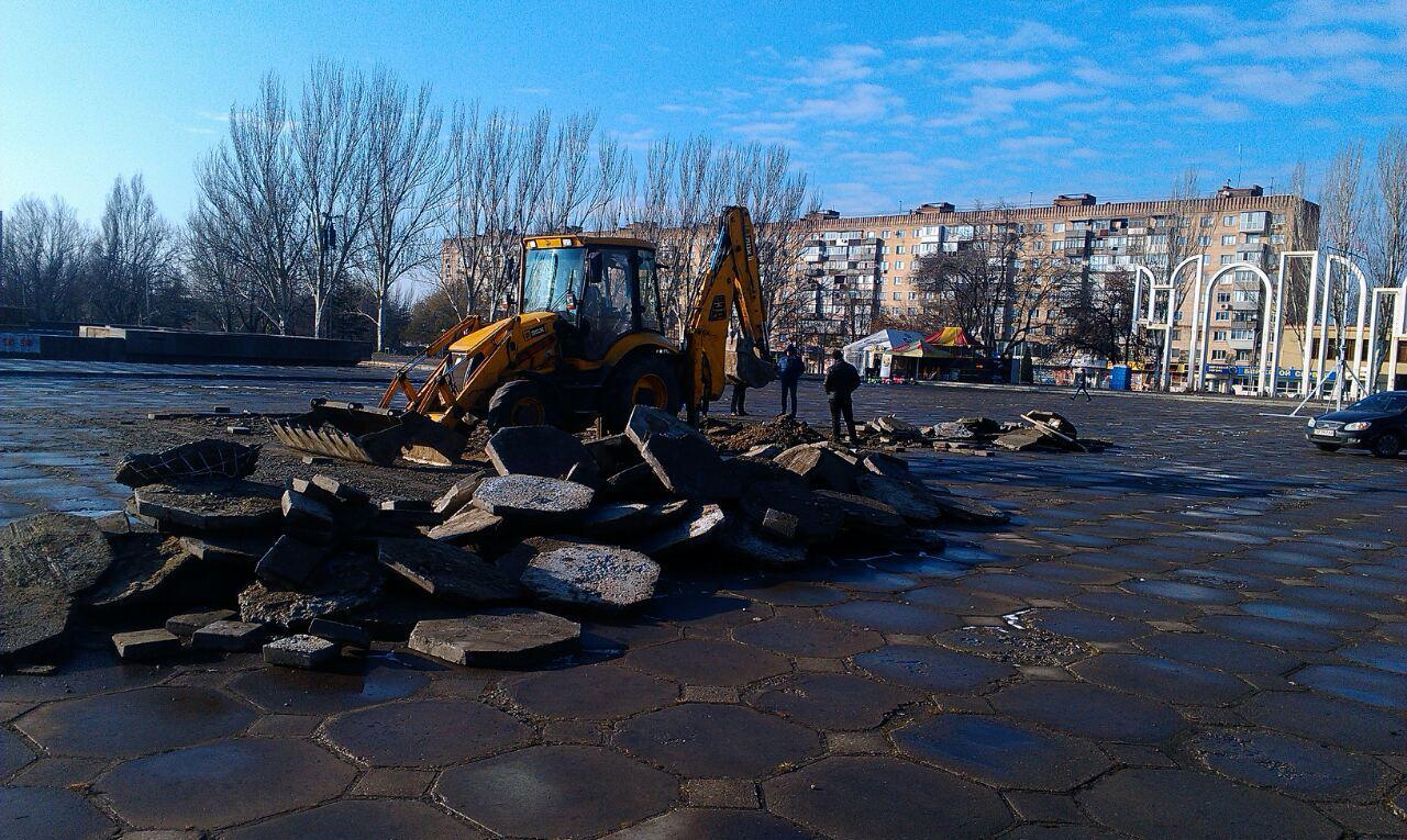 На площади Фестивальной в Запорожье готовятся встречать новогоднюю красавицу из Черновицкой области