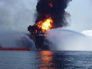 Появилось видео пожара на нефтяной платформе