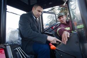 Столичный мэр прокатился на тракторе