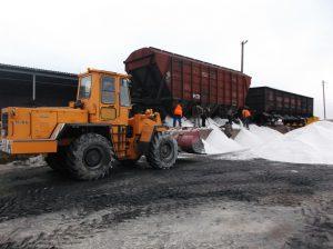 Запорожские дорожники вырубили траву и обновили дорожную разметку