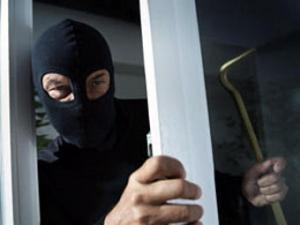 В Запорожье вооруженные люди в масках связали хозяев и ограбили дом