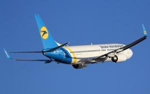 В Киеве самолет во время посадки выкатился за пределы посадочной полосы