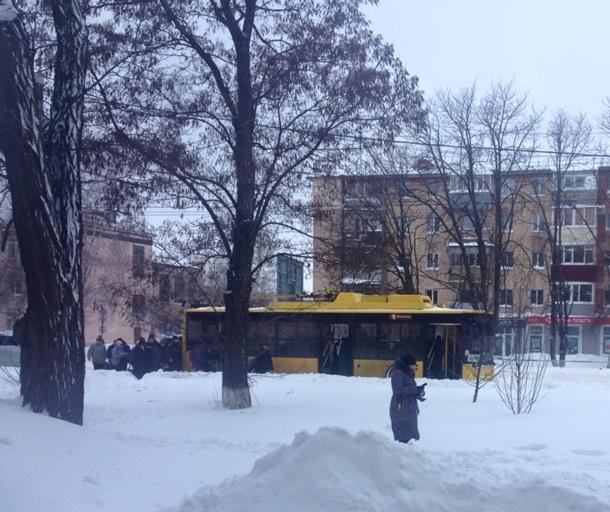 В Полтаве пенсионеры толкали троллейбус по дороге домой