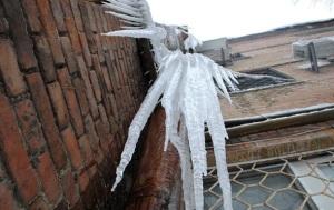 Упавшая с крыши льдина упекла одессита на больничную койку