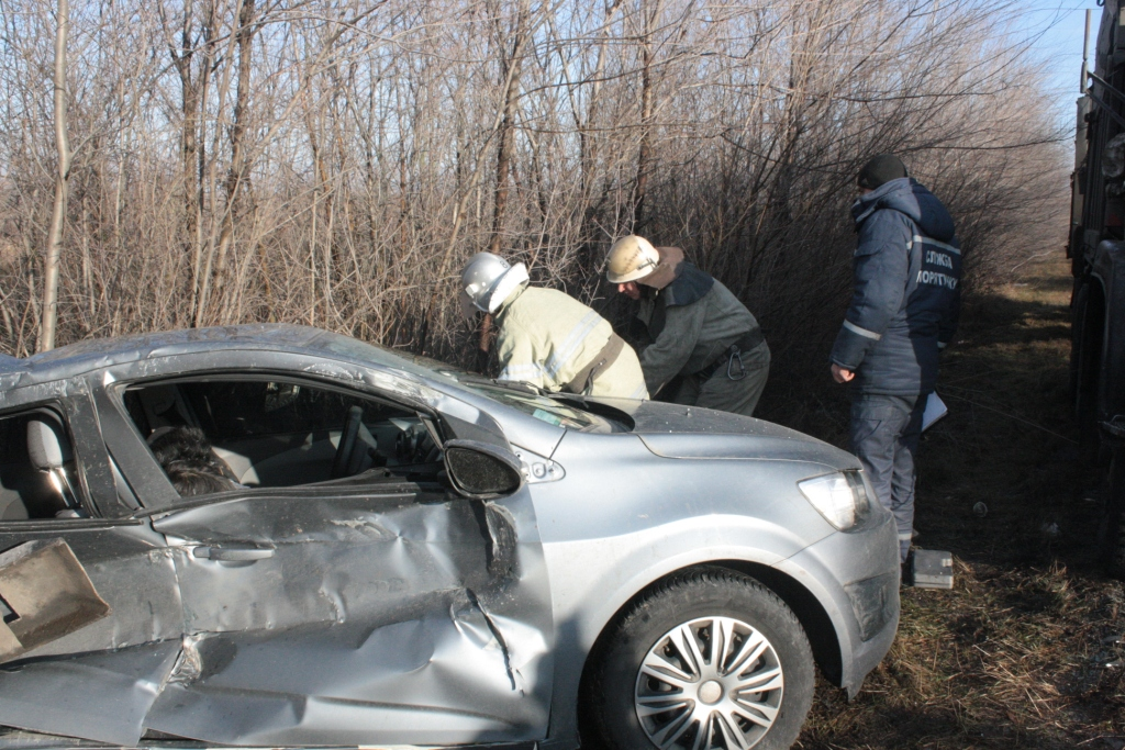 ДТП под Васильевкой: Спасатели доставали авто из кустарников с помощью бензопилы