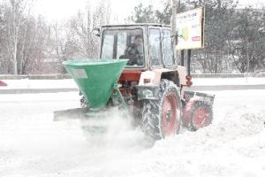 На запорожские дороги использовали почти 670 тонн посыпочных материалов