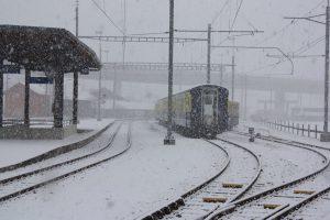 Больше 2 тыс. человек расчищают железную дорогу от снега