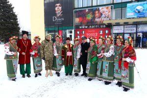 В запорожском аэропорту почтили память «киборгов» патриотическим флешмобом