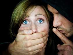 В Запорожье напали на девушку, когда она возвращалась домой