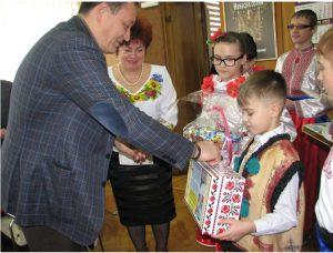 Запорожские дети пришли к областным чиновникам за деньгами для бойца АТО