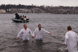 Запорожцы отметили Крещение купанием в Днепре
