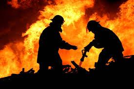 В Запорожской области спасатели вытащили из горящего дома пенсионера - ФОТО