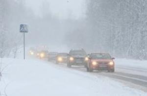 Запорожские спасатели вытаскивают автомобили из снежных заносов