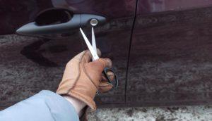 Житель Бердянска вскрывал автомобили ножницами