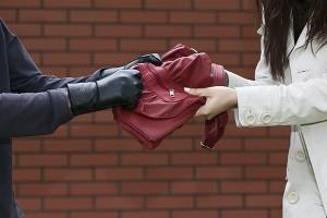 Житель Крыма вырвал из рук запорожанки сумку с деньгами и документами