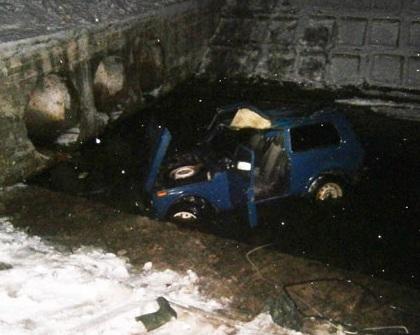 В Черниговской области автомобиль упал в реку: погибли фермер и доярки