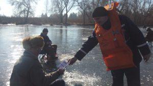 Спасатели: Теплая погода и тающий лед не останавливают рыбаков-экстремалов