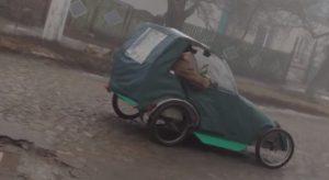 В Вольнянске мужчина из брезента и колес собрал карт