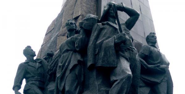 В Запорожье сталевар, колхозница и ученый попали под «декоммунизационную» раздачу