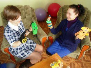 Воспитанницы Мелитопольской колонии рисуют песком и учатся выражать эмоции с помощью кукол