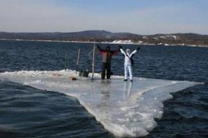 В Запорожской области два рыбака отправились в «путешествие» на льдине