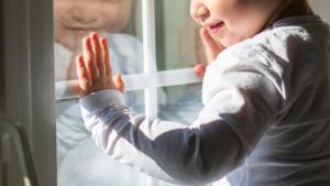В Запорожской области 2-летний малыш закрыл маму на балконе