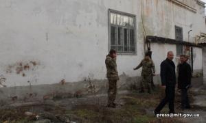 Мелитопольские военные демонтируют окна в военкомате