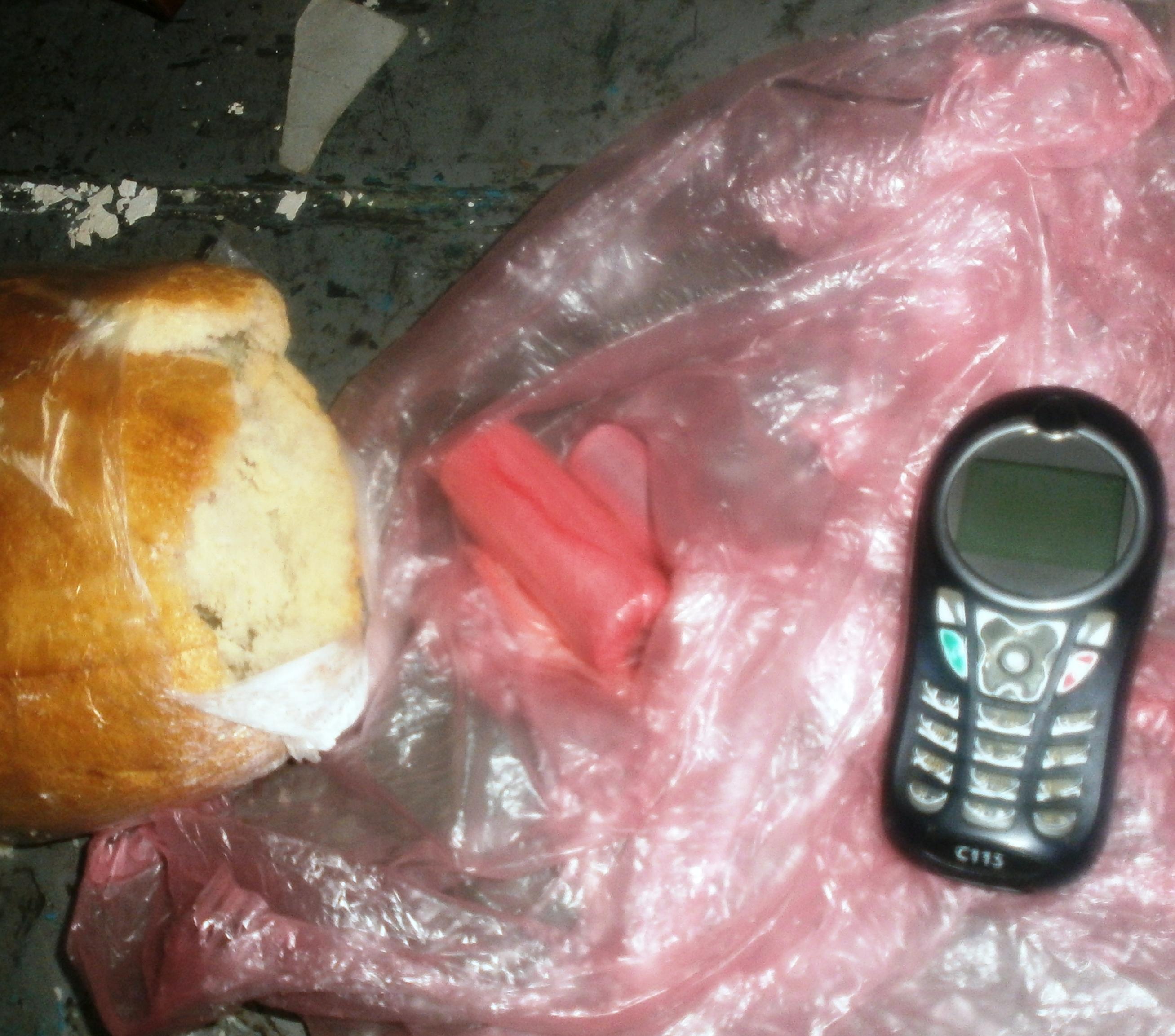 Запорожский заключенный пытался пронести мобильный телефон в хлебе