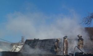 Масштабный пожар в Запорожье уничтожил машину, гараж, и частично жилой дом