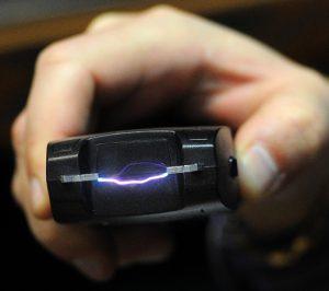 Испугавшись электрошокера, парень отдал 2 мобильных телефона