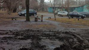 Запорожские водители уродуют придомовые территории, тротуары и зеленые зоны