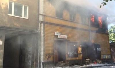 Пожарные ликвидировали пламя в заброшенном здании
