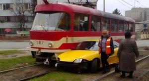 Очевидцы: Шевроле протаранило трамвай - водитель сбежал с места ДТП