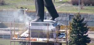 Строители возобновили работы по «отпиливанию» памятника Ленину