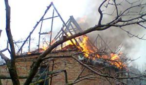 На «Прогрессе» у дачного домика сгорела крыша