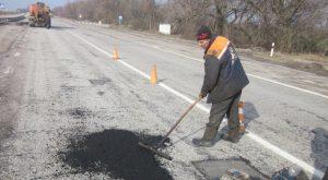 Запорожские дорожники ликвидируют зимние последствия