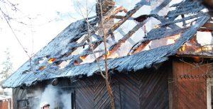 Спасатели тушили дачный домик целый час