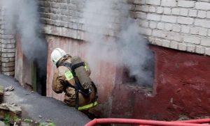Пожарные спасли от огня троих бомжей, обитающих в подвале многоэтажки