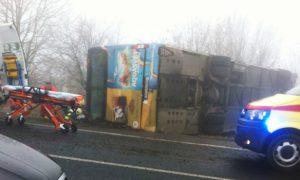 Автобус, перевозивший чешских школьников, перевернулся из-за большой скорости и гололеда