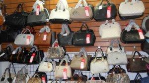 В центре Запорожья мужчина украл кожаную сумку с прилавка магазина