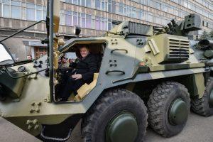 Порошенко провел тест-драйв БТР-4, модернизированного по стандартам НАТО