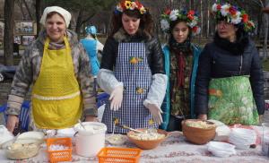 Благодаря вареникам волонтеры собрали на благотворительной ярмарке 9 тысяч гривен