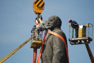 Через несколько часов площадь Запорожская останется без Ленина – фото демонтажа бронзового «вождя»