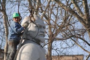 Прощай, Феликс: Появились фото начала демонтажа памятника Дзержинскому (ОБНОВЛЯЕТСЯ)