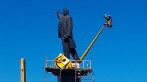 Строители «раздели» Ленина – положено начало демонтажу памятника