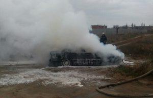 Спасатели показали фото, как в Мелитополе горело БМВ
